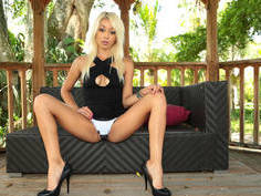 Petite Latina love to have mouth full