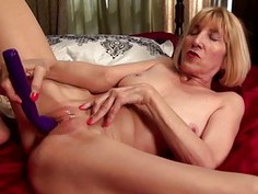 Talkative American mature masturbating